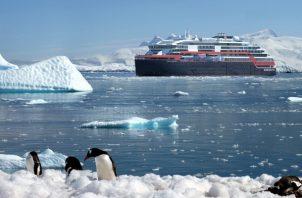 Hurtigruten, línea de cruceros noruega, está botando un barco híbrido. Una representación en aguas antárticas. (Hurtigruten)
