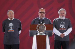 El fiscal del caso Ayotzinapa, Omar Gómez Trejo (c), habla este jueves junto a Alejandro Encinas, Subsecretario de Derechos Humanos (d), hablan de las medidas a seguir en las investigaciones por la desaparición de 43 estudiantes. FOTO/EFE