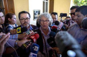 La coordinadora del Mecanismo Especial de Seguimiento para Nicaragua (Meseni), Ana María Tello (c), junto al representante de la CIDH, Alexandro Álvarez (i), hablan con la prensa en Managua.  FOTO/EFE