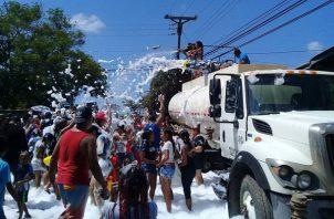 Los camiones cisternas para abastecerse de agua en el río El Ahogado en el corregimiento de Santa Rita, debido a la prohibición del Ministerio de Salud (Minsa) para el uso del río Trapichito. Foto/Eric Montenegro