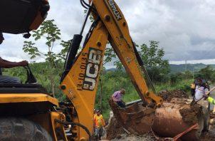 A 300 metros de este lugar, otra obstrucción con troncos de árboles causó el desbordamiento de la quebrada afectando la carretera. Foto/Eric Montenegro