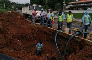 El Idaan retiró una válvula, lo cual permitirá aumentar el caudal de agua hacia estas barriadas. FOTO/ Eric Montenegro