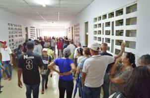 Las personas se mostraron enfadadas por el cambio de varios centros de votación. Foto/Eric montenegro.