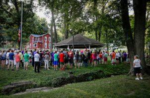 Los dolientes se reúnen para una vigilia el lunes 5 de agosto de 2019 en Bellbrook, Ohio. FOTO/AP