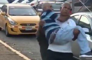 Adulto mayor fue trasladao en brazos por falta de ambulancia. Foto/Cortesía