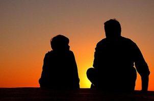 Mantener abiertos los canales de la comunicación con los hijos es clave.  Darles consejos y guías les ahorrará dolores de cabeza. Lo agradecerán con el tiempo. Foto: Pixabay.