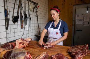Janice Schindler, de 28 años, se convirtió en carnicera tras llevar un estilo de vida libre de animales en la prepa. Foto: Benjamin Norman para The New York Times.