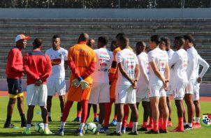 Julio Dely habla con los jugadores. Foto Fepafut