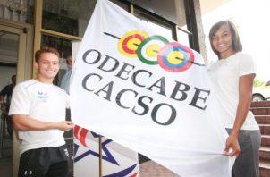 Atletas panameños presentan la bandera de los Juegos 2022. Foto Anayansi Gamez