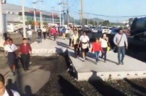 La singular protesta también complicó la congestión vehicular en el área. Cortesía