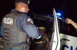 Durante la persecución una unidad policial sufrió la fractura de una pierna y mano al resbalar en un terreno fangoso y accidentado.