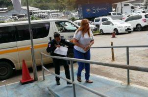 Narda González a su salida del SPA en La Chorrera. Foto: Eric A. Montenegro.