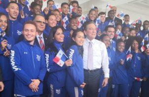 Atletas panameños con el presidente Laurentino Cortizo. FoTo:COP