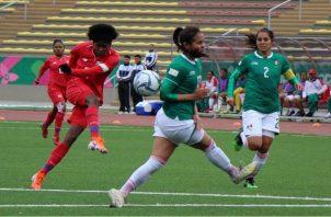 Natalia Mills de Panamá (izq.) despeja el balón. Foto:Fepafut