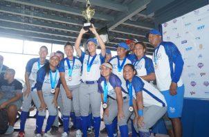 El equipo femenino de Pandeportes festeja el título.