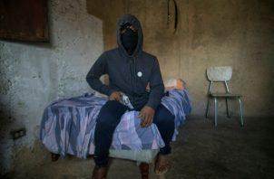 """El temido pandillero """"El Negrito""""  lidera a un grupo de mercenarios llamados los Crazy Boys, una pandilla que forma parte de una intrincada red criminal en Petare, una de las barriadas más grandes y temidas de Latinoamérica. FOTO/AP"""
