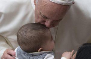Quedó admirado de la forma que alzaban a sus niños para que fueran bendecidos. FOTO/EFE