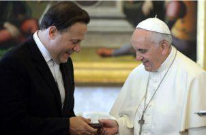 El papa Francisco junto al presidente Juan Carlos Varela.