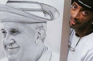 Carlos Hutchinson junto a su obra del Papa Francisco.