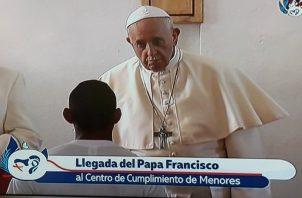 El papa Francisco frente a un joven privado de libertad.