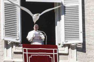 El papa Francisco preside el rezo del Ángelus desde unas de los ventanales del Vaticano en la Plaza de San Pedro del Vaticano. FOTO/EFE