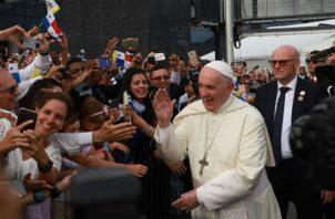 Papa Francisco rompe protocolo, carga un bebé y le da la bendición a su llegada a Panamá. Foto: JMJ