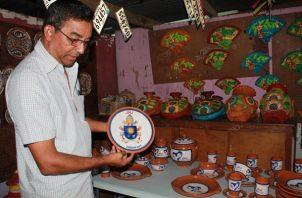 Además de la vajilla, los artesanos confeccionaron un plato con el escudo del Vaticano pintado, el cual será entregado al papa Francisco como recuerdo de su visita a Panamá. Foto/Thays Domínguez