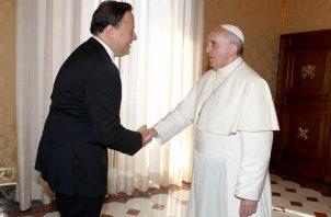 Juan Carlos Varela junto al papa Francisco.