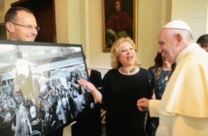 La foto viral de Lucas llega en forma de un cuadro a las manos del papa Francisco. Foto: Cancillería.