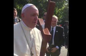 Papa canta cumpleaños a humilde panameña. Foto/Cortesía