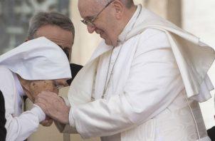 El papa le explicó que cuando hay un grupo de gente muy numeroso al que tiene que saludar en un mismo lugar prefiere por precaución que no besen el anillo papal para evitar la difusión de gérmenes.