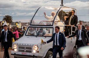 """El papa realizó un llamamiento para que los católicos puedan juntos dar la batalla """"a todas esas idolatrías que llevan a poner el centro de nuestra atención en las seguridades engañosas del poder, de la carrera y del dinero y en la búsqueda patológica de glorias humanas""""."""