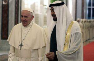 El jefe de la Iglesia católica, que aterrizó en el aeropuerto de Abu Dabi poco antes de las 22.00 hora local (18.00 GMT), fue recibido por el príncipe heredero del emirato, Mohamed bin Zayed al Nahyan.