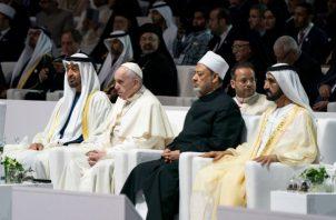"""Con el monumento del jeque Zayed a sus espaldas, dibujando el perfil del fundador del país con formas geométricas y luces, el papa llamó a condenar """"sin vacilación"""" cualquier forma de violencia que se justifique en nombre de la religión."""