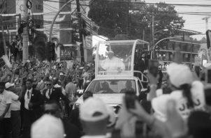 Miles de personas dieron la bienvenida al Papa Francisco, la tarde del miércoles 23 de enero. El Papa hizo un recorrido de 26 kilómetros, comprendido desde el Aeropuerto Internacional de Tocumen hasta la Nunciatura Apostólica en Clayton, área canalera. Foto Roberto Barrios/ Epasa..