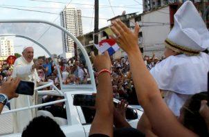 El papa Francisco saludó a miles de personas en las calles de Panamá.
