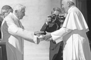 Encuentro entre los papas Francisco y Benedicto XVI, durante un encuentro que presidió Jorge Mario Bergoglio con más de 40 mil ancianos en la Plaza de San Pedro del Vaticano, el domingo 28 de septiembre de 2014. Foto: EFE
