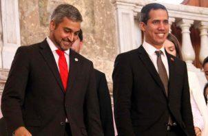 Juan Guaidó, es recibido con honores de Jefe de Estado por Abdo Benítez en Paraguay. FOTO/EFE