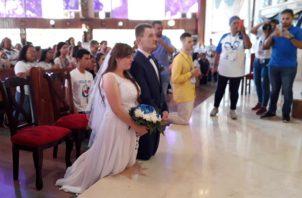Durante la ceremonia, la novia vistió un vestido blanco largo, y un ramo adornado con rosas azules y blancas, mientras que el novio utilizó un juego de saco y pantalón azul con gatito y rosas a juego. Foto/Thays Dompinguez