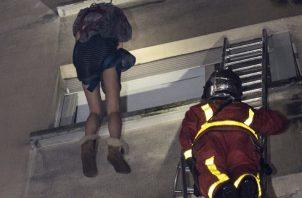 El incendio que las autoridades sospechan que fue un ataque incendiario hizo que los residentes huyeran al techo o salieran por sus ventanas para escapar. FOTO/AP