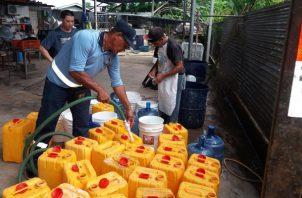 En total cinco camiones de cinco mil galones y uno de tres mil galones se dispersaron por la población para repartir agua. Foto/Thays Domínguez