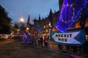 Los manifestantes contra el Brexit se paran frente al Parlamento en Londres, Gran Bretaña. FOTO/AP