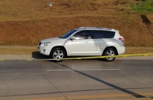 El vidrio del automóvil, en el lado del conductor, mantiene un orifico de bala. Foto: Óscar Sánchez