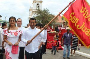 Samy Sandoval y su esposa Iraida fueron los abanderados. Foto: Thays Domínguez.