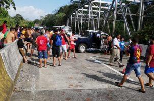 Las personas se acercaron a brindarles ayuda a las unidades policiales. Foto/ Mayra Madrid