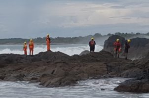 Unas 40 personas, entre miembros de la Fuerza de Tarea Conjunta, pescadores y surfistas se sumaron a la búsqueda de Jaramillo. Foto/Thays Domínguez