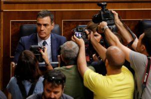 La votación tuvo lugar tras un corto debate protagonizado por un duro intercambio de reproches entre los dirigentes socialistas y el líder de UP, Pablo Iglesias, quienes se acusaron mutuamente por el fracaso de las negociaciones para ese Ejecutivo de coalición, que hubiera sido el primero de la democracia reciente en España.