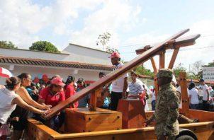 La cruz peregrina ayer en La Chorrera, mientras era trasladada a la iglesia.