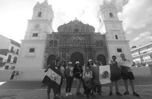 Un grupo de peregrinos en las afueras de la Catedral Metropolitana en el Casco Antiguo de la ciudad. Los panameños han recibido a los peregrinos con alegría y hospitalidad. Foto: Roberto Barrios. Epasa.