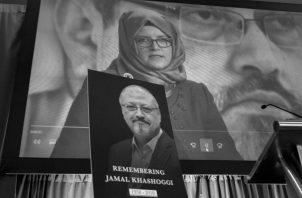 Una imagen del periodista asesinado, Yamal Khashoggi, durante un acto de recordación en la ciudad de Washington, Estados Unidos. Foto: AP